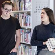 Studerende i samtale på bibliotek